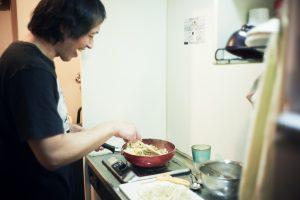 自炊とコンビニ惣菜でバランスよく。ひとり暮らしのベジライフ